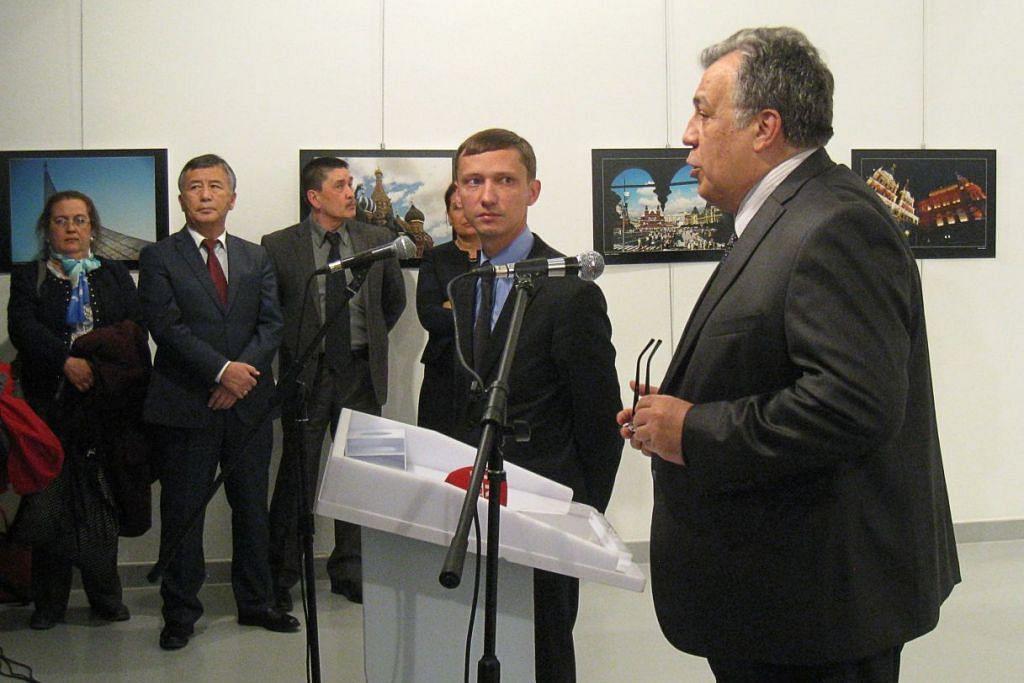 DITEMBAK MATI: Kelihatan Duta Besar Russia ke Turkey, Encik Andrey Karlov, sedang berucap sewaktu merasmikan sebuah pameran fotografi di Ankara, beberapa minit sebelum beliau ditembak mati oleh seorang lelaki (tiada dalam gambar) berusia 22 tahun, sebagai membantah penglibatan Russia dalam krisis di Aleppo. - Foto AFP