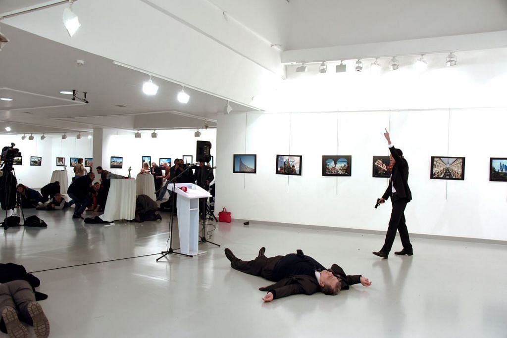 TINDAKAN GANAS: Mangsa, Andrey Karlov, 62 tahun, dibunuh oleh polis Turkey, Mevlut Mert Altintas, 22 tahun, (memakai sut hitam dan memegang pistol) dalam kejadian yang disifatkan Rusia sebagai tindakan keganasan. - Foto REUTERS