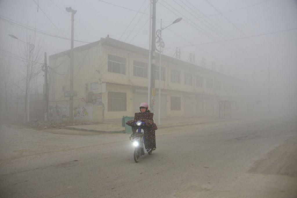 SESAK NAFAS: Di seluruh China, kawasan pembinaan ditutup dan pihak berkuasa mengurangkan jumlah kenderaan yang dibenarkan di jalan raya dalam usaha mengurangkan jerebu. - REUTERS