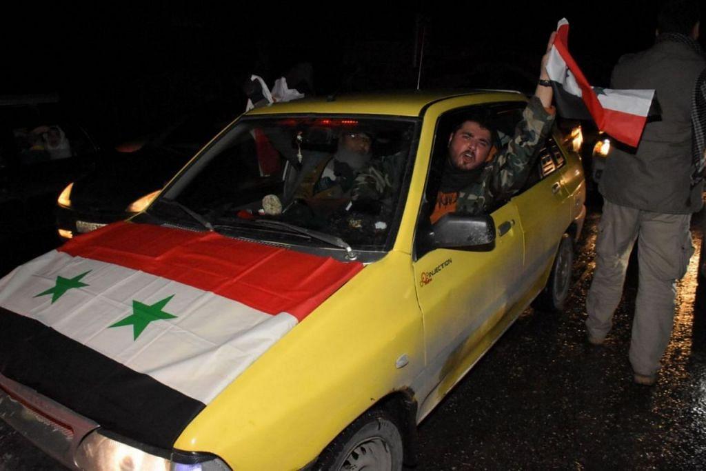 KEGEMBIRAAN WARGA: Kejayaan tentera Syria merampas kembali bandar Aleppo diraikan para penduduk negara itu. - Foto AFP