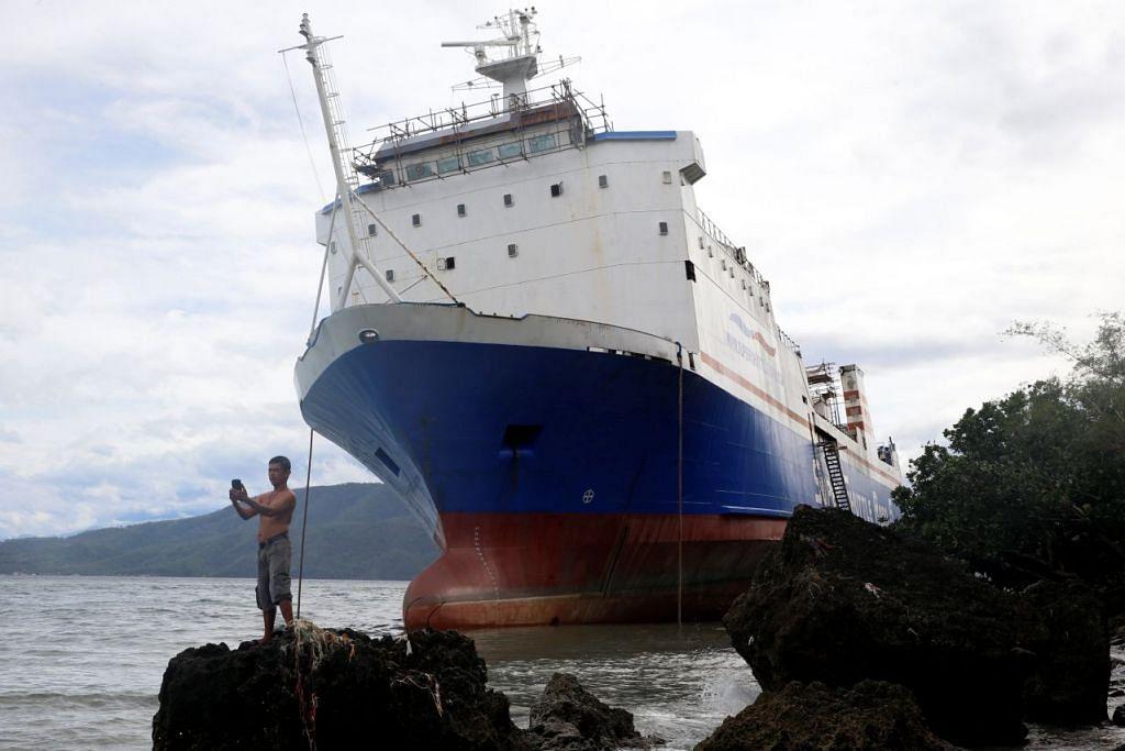 Sebuah feri antara pulau, Shuttle RoRo 5, terdampar dekat darat dek dipukul taufan Nock-Ten di Mabini, Batangas di Filipina pada Isnin (26 Dis 2016).