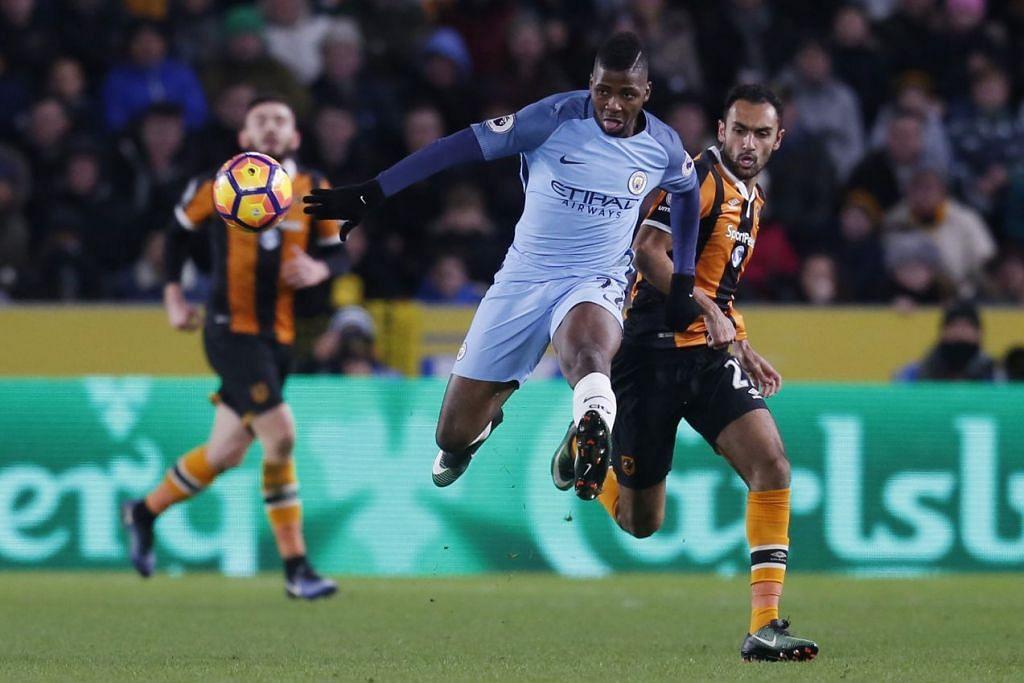 Pemain Manchester City Kelechi Iheanacho bersaing dengan pemain Hull City Ahmed Elmohamady dalam perlawanan EPL di Stadium Kingston Communications pada 26 Dis 2016.