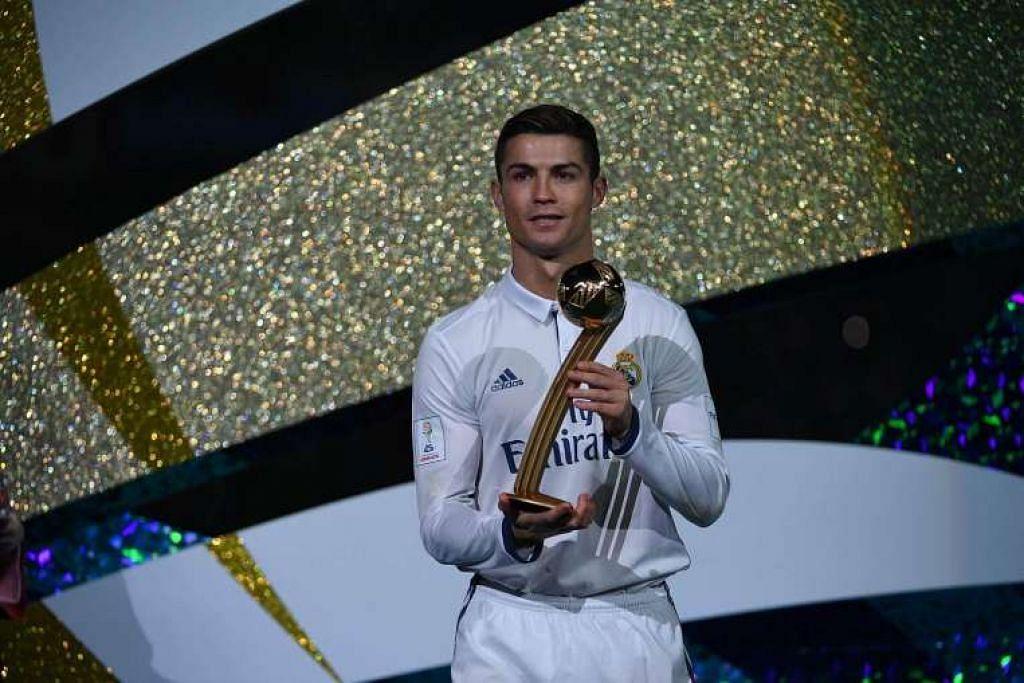 Penyerang Real Madrid, Cristiano Ronaldo, dengan trofi Bola Emas selepas memenangi perlawanan akhir Piala Dunia Kelab di Stadium Yokohama International di Yokohama pada 18 Disember 2016.