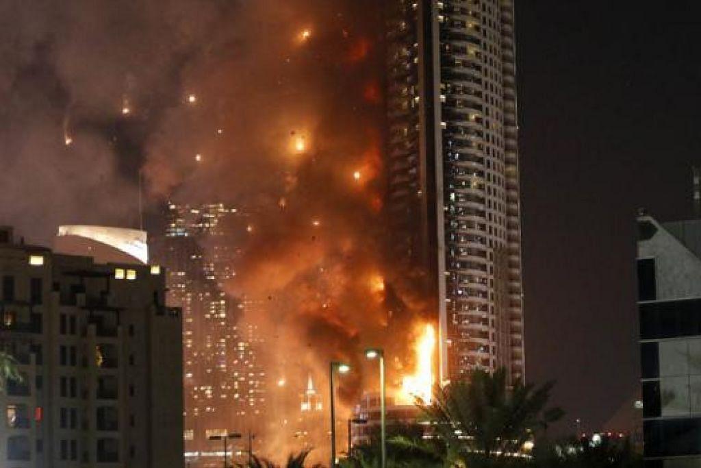 TERBAKAR DI AMBANG TAHUN BARU: Hotel Address Downtown yang terletak berdekatan bangunan tertinggi dunia, Burj Khalifa, di Dubai dijilat api malam kelmarin. - Foto AFP