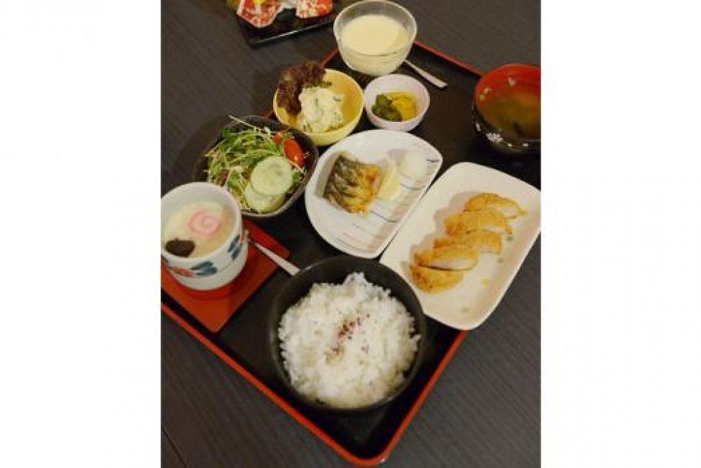 SET MAKANAN LENGKAP: Pelanggan boleh memilih untuk membeli set menu atau makanan ala carte di restoran Jepun mewah ini. - Foto TUKIMAN WARJI