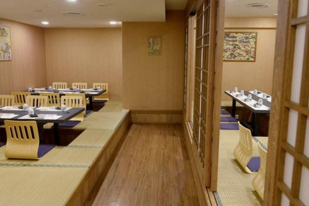 BAGAIKAN DI JEPUN: Pelanggan dapat menikmati makanan dalam suasana restoran yang reka bentuknya bagaikan bilik tradisional Jepun yang beralaskan tikar 'tatami'. - Foto TUKIMAN WARJI