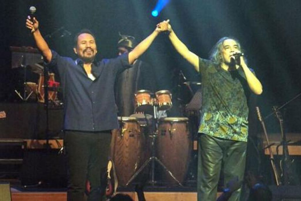 GANDINGAN MANTAP: Ramli Sarip (kanan) dan M. Nasir di konsert mereka yang dipersembahkan dengan penuh tenaga dan penuh mesej kerohanian.