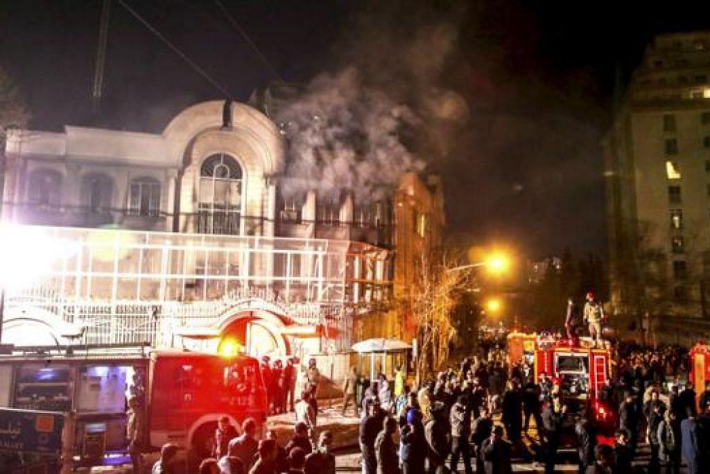 KEDUTAAN SAUDI TERBAKAR: Api kelihatan di bangunan kedutaan Arab Saudi di Teheran semasa satu bantahan penduduk awal pagi semalam sejurus selepas hukuman mati dilaksanakan ke atas Nimr al-Nimr oleh kerajaan Saudi. - Foto REUTERS