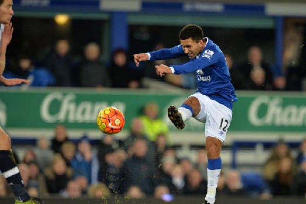 Aaron Lennon menyumbatkan gol bagi Everton dalam perlawanan EPL menentang Tottenham yang berakhir dengan seri 1-1 di Goodison Park pada Ahad, 3 Januari. Gambar REUTERS