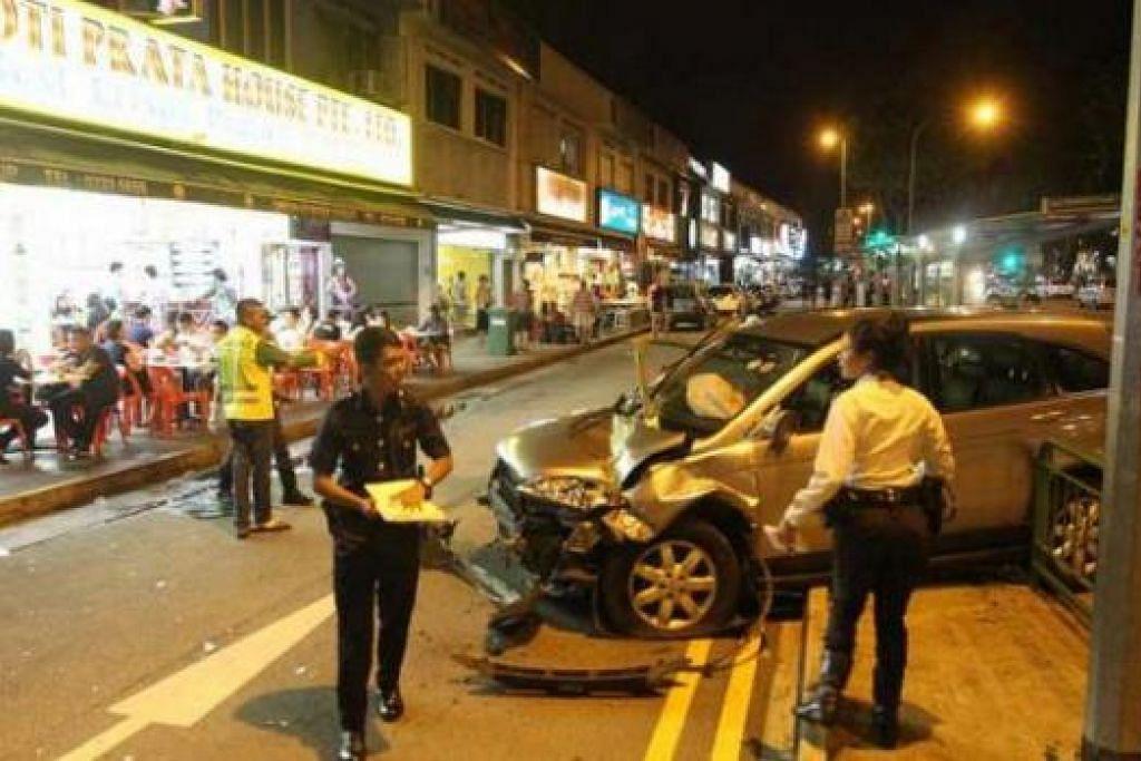 HILANG KAWALAN: Pemandu kereta terbabit dipercayai cuba membuat pusingan U secara tidak sah sebelum hilang kawalan dan merempuh pagar berdekatan Upper Thomson Road. - Foto WANBAO