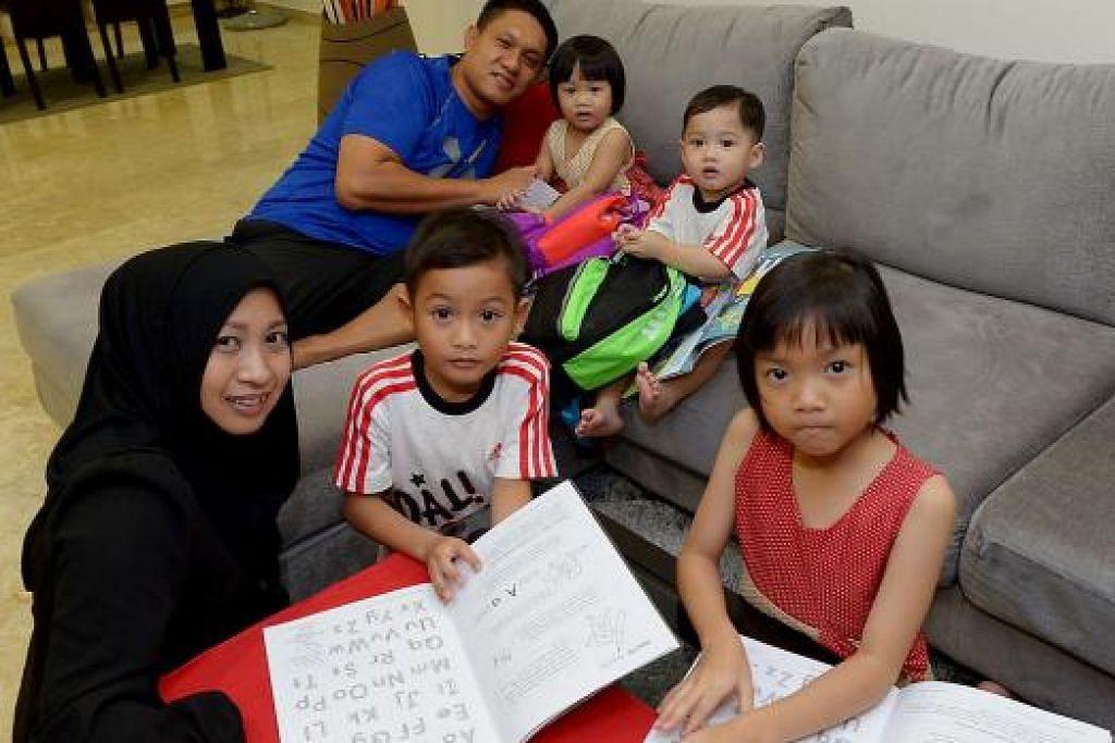 MASA UNTUK ANAK: Walaupun sibuk bekerja, Cik Noor Azilah dan Encik Ahmad Mohd Yasin membahagikan masa bersama pasangan anak kembar pertama - Anaqi dan Amani (barisan depan) - dan pasangan anak kembar kedua - Anis dan Aniq (barisan belakang). - Foto TUKIMAN WARJI
