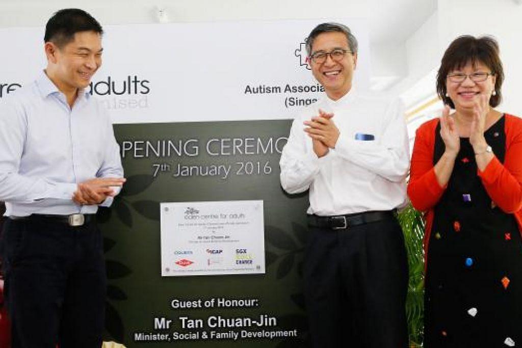 PUSAT BARU: (Dari kiri) Encik Tan Chuan-Jin; Pengerusi Persatuan Autisme Singapura, Encik Ho Swee Huat; dan Anggota Parlimen GRC Jalan Besar, Cik Denise Phua, sama-sama melancarkan pusat kegiatan siang hari bagi individu yang menghidapi autisme di Clementi semalam.- Foto THE STRAITS TIMES