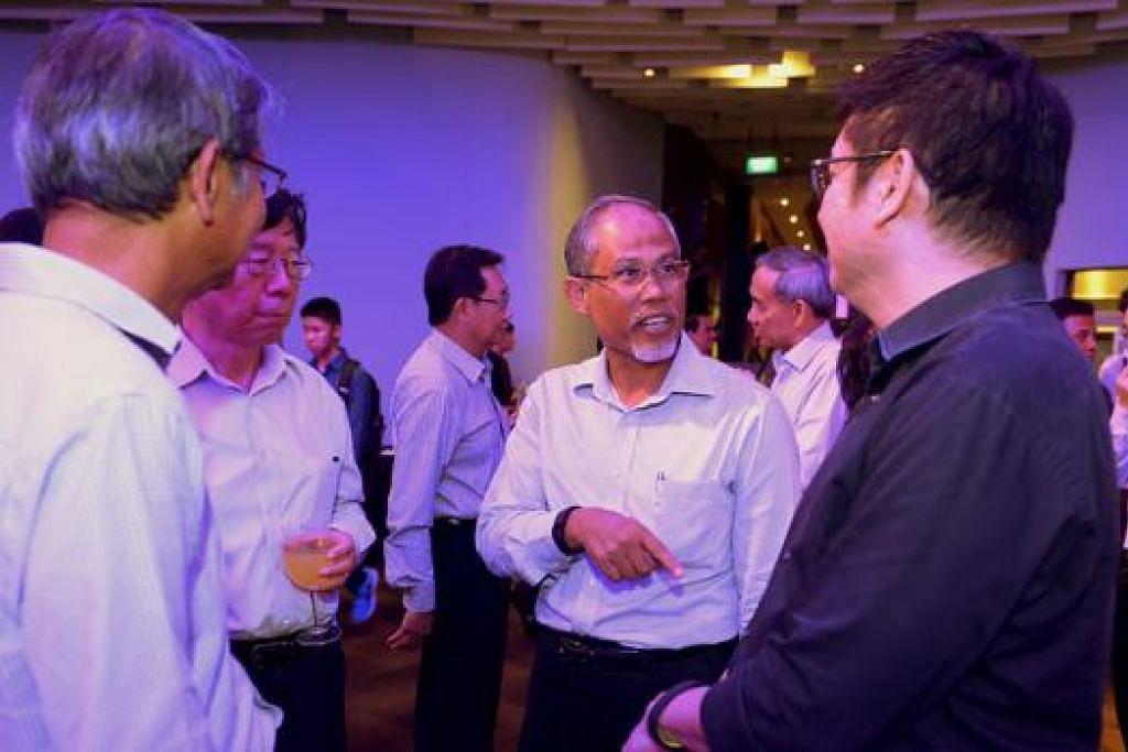 BERINTERAKSI BERSAMA PESERTA: Encik Masagos beramah mesra dengan para peserta sebelum bermulanya simposium tentang mewujudkan masa depan Singapura lebih bersih, menghijau dan bijak. - Foto TUKIMAN WARJI