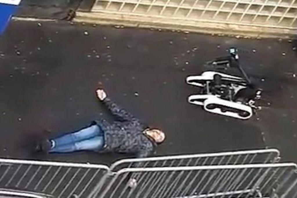 DITEMBAK MATI: Polis Perancis menggunakan robot untuk memeriksa mayat lelaki yang ditembak mati di balai polis di Paris. - Foto REUTERS