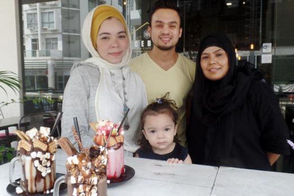 PEMILIK KAFE: Encik Mohamed Mustaffa dan Cik Nur Hajar Asuad bersama anak mereka, Iman Soumayya, dan ibu Cik Nur Hajar, Cik Roselin Khatoon (kanan), yang turut membantu mengendalikan Icebox Cafe. - Foto NUR FARAH AIN SUHAIMI