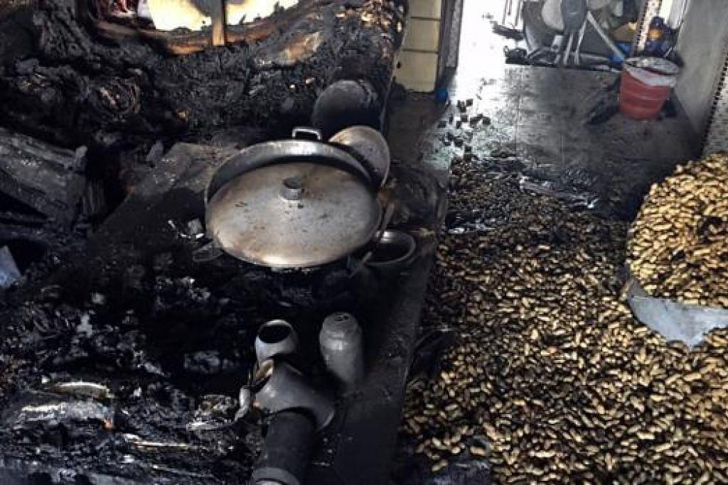 RENTUNG AKIBAT KEBAKARAN: Ruang tamu rumah Encik Tan hangus dijilat api yang menurut beliau mungkin disebabkan dapur stimbot yang tidak dimatikan. - Foto FAKHRURADZI ISMAIL