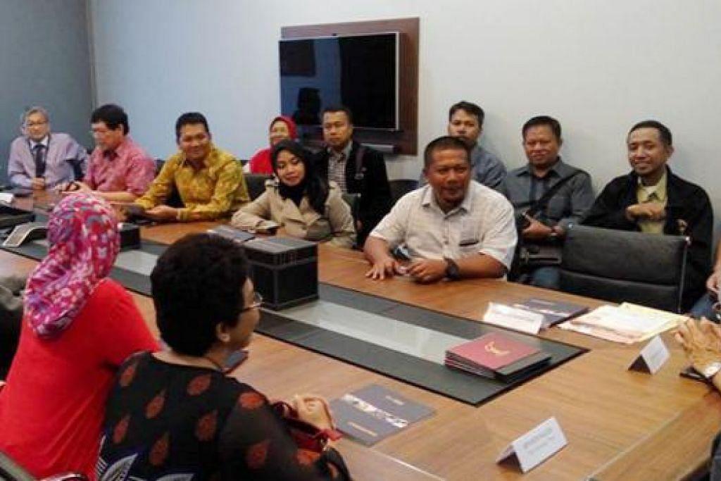 TEROKA KERJASAMA: Pemilik firma penyedia khidmat latihan dari Indonesia sedang mendapatkan taklimat daripada pemilik SSA Consulting Group, Encik Suhaimi (kanan). – Foto DPPMS