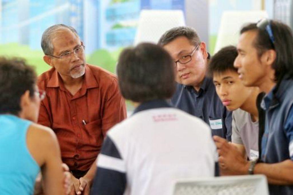 PERKONGSIAN IDEA: Encik Masagos mendengar pandangan peserta sesi dialog SGfuture semalam mengenai cara menjaga kebersihan Singapura. - Foto ZAOBAO