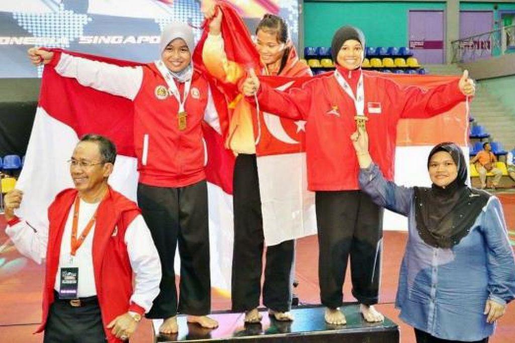 INGIN MENANG LAGI: Shazza (atas, kanan) ingin terus membuktikan beliau layak bergelar juara dunia dengan memenangi pertandingan lain pada masa depan. – Foto TUKIMAN WARJI