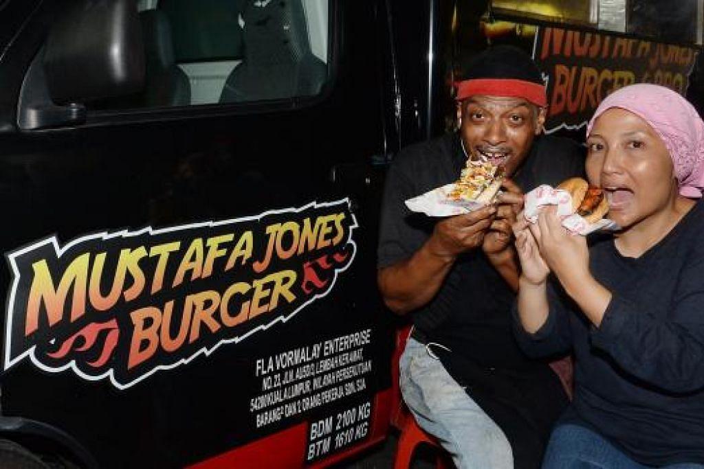 DARI ARKANSAS KE KUALA LUMPUR: Encik Mustafa Jones dan isterinya, Cik Nurmali Ramli, membawa sajian panggang ala barat ke bazar Ramadan dan Taman Permata menerusi trak Mustafa Jones Burger.