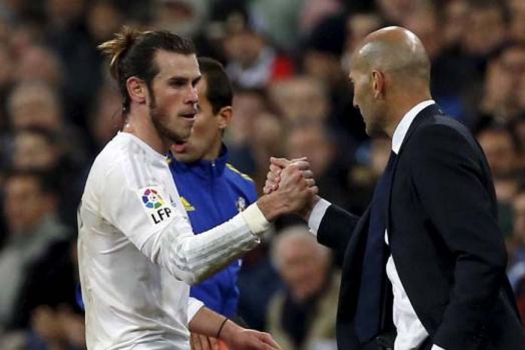 TAHNIAH!: Jurulatih baru Real Madrid, Zinedine Zidane (kanan), mengucapkan tahniah kepada wira tiga gol pasukannya, Gareth Bale. - Foto REUTERS