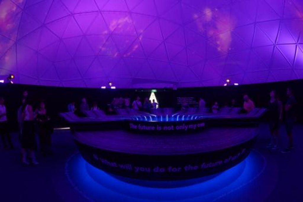 LANGIT BIRU: Pengunjung pameran ini juga boleh mengongsi impian dan aspirasi mereka untuk Singapura di zon ini, yang kemudian akan dipaparkan melalui pancaran cahaya ke atas kubah.