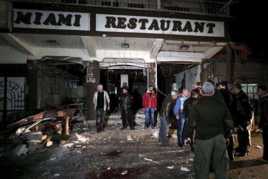 SERANGAN MAUT: Penduduk memeriksa kerosakan yang menimpa menyusuli satu serangan nekad di Qamishli, Syria, pada 30 December 2015. Serangan nekad berkembar yang dilakukan ke atas dua restoran di bandar yang dikawal pihak Kurdi di timur laut Syria itu telah mengorbankan dan mencederakan belasan orang kata seorang pegawai Kurdi, dan sebuah kumpulan yang memantau peperangan yang berlaku di situ. - Foto REUTERS