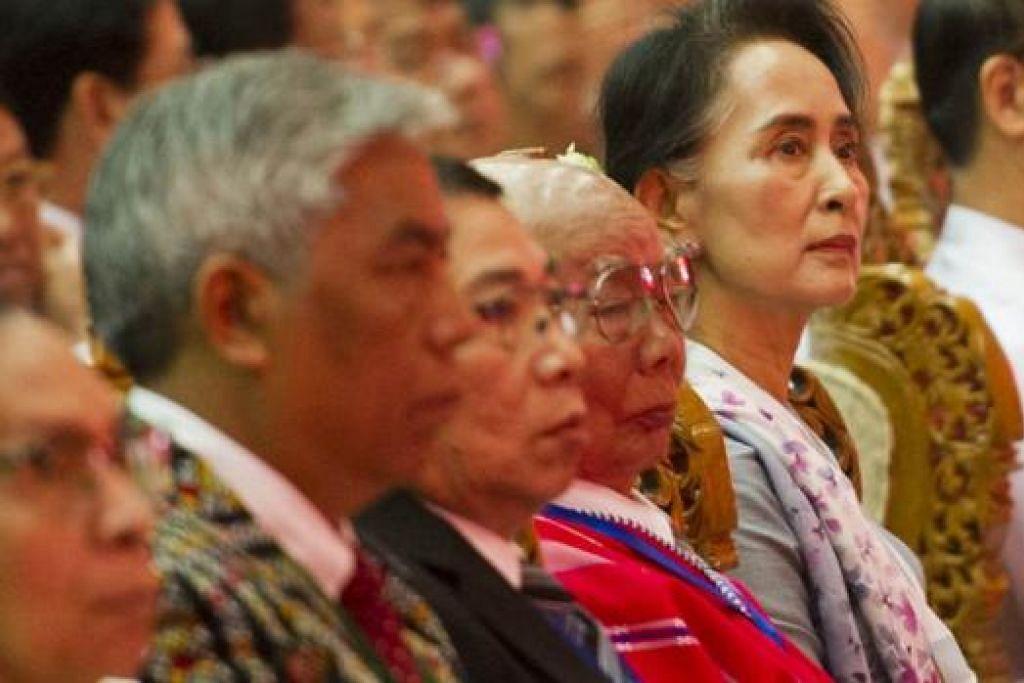 LAKAR HALA TUJU: Cik Aung San Suu Kyi (kanan) menghadiri perasmian Persidangan Penyatuan Damai di Naypyidaw semalam. - Foto AFP