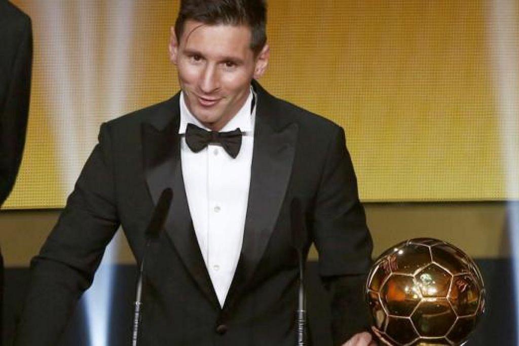 TERUNGGUL: Bintang Barcelona dan Argentina, Lionel Messi, menerima anugerah Fifa Ballon d'Or 2015 dalam upacara penyampaian di Zurich, Switzerland, kelmarin. - Foto REUTERS