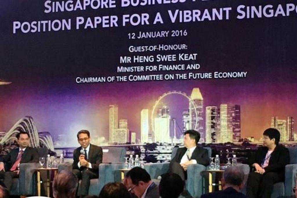 KONGSI PANDANGAN EKONOMI: Encik Nizam Idris (dua dari kiri) memberikan pandangannya mengenai prospek ekonomi Singapura sambil diperhatikan oleh pakar ekonomi lain seperti (dari kiri) Pakar Ekonomi Kanan DBS, Encik Irvin Seah; Pengarah Barclays Investment Bank, Encik Leong Wai Ho; dan Ketua Kajian dan Strategi OCBC, Cik Selena Ling. - Foto NORHAIZA HASHIM