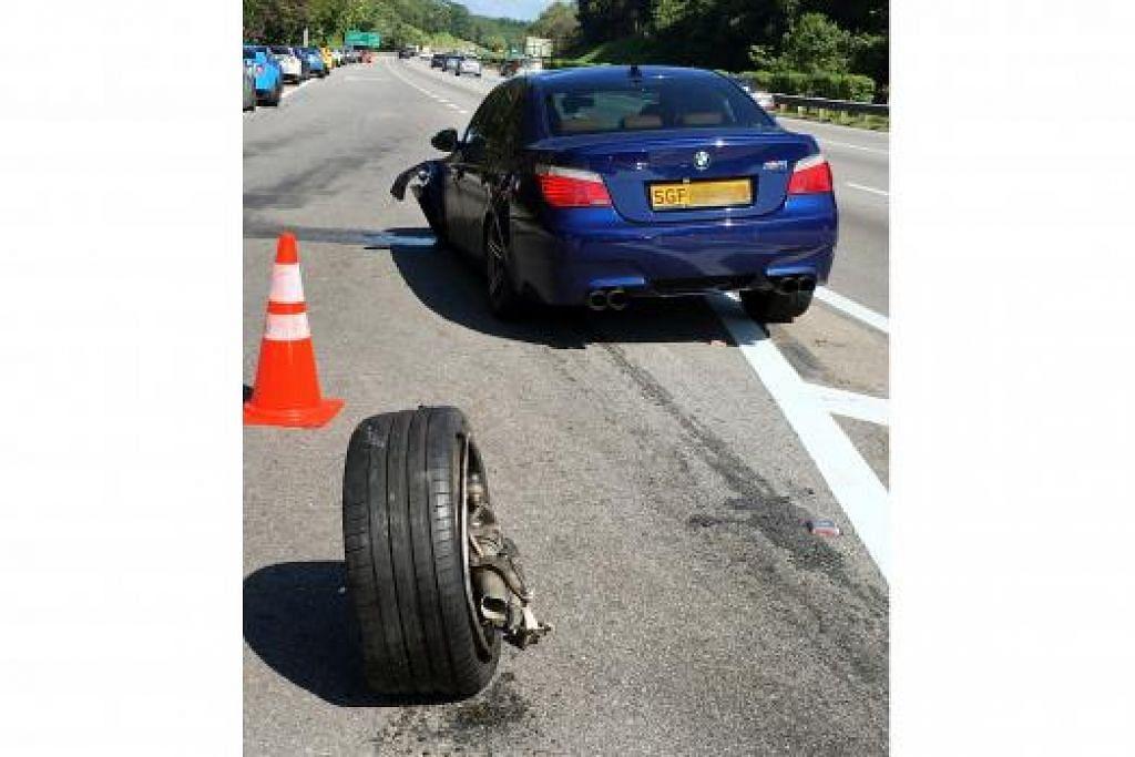 KERETA REMUK, MANGSA TERSELAMAT: Kereta Malaysia jenis Toyota rosak di bahagian belakang manakala kereta Singapura jenis BMW (atas) rosak di bahagian kanan dan kiri sehingga sebuah tayar tercabut.