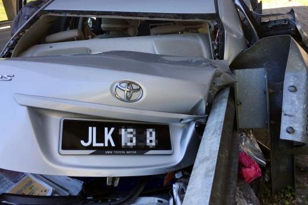 KERETA REMUK, MANGSA TERSELAMAT: Kereta Malaysia jenis Toyota (atas) rosak di bahagian belakang manakala kereta Singapura jenis BMW rosak di bahagian kanan dan kiri sehingga sebuah tayar tercabut.
