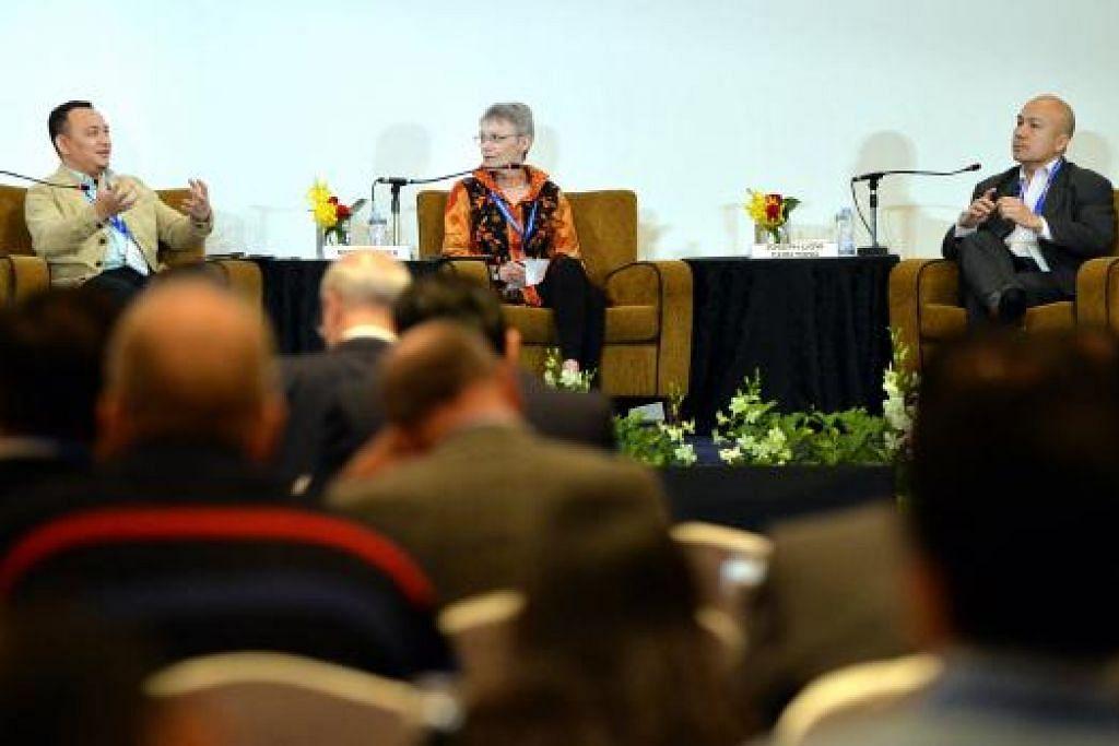 LIBATKAN BELIA PERANGI IS: (Dari kiri) Dr Maszlee Malik, Cik Sidney Jones dan moderator sesi, Dekan Sekolah Pengajian Antarabangsa S. Rajaratnam, Universiti Teknologi Nanyang, Profesor Joseph Liow Chin Yong, dalam sesi 'Memahami Ekstremisme dan Akibatnya di Asia Tenggara', dalam 'Forum Pandangan Serantau 2016' di Hotel Shangri-La semalam. - Foto M.O. SALLEH