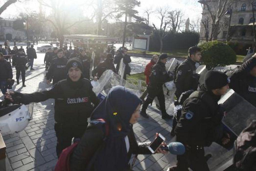 TAPAK LETUPAN: Polis mengepung dataran di daerah bersejarah Istanbul, Sultanahmet, selepas satu letupan besar berlaku. - Foto REUTERS