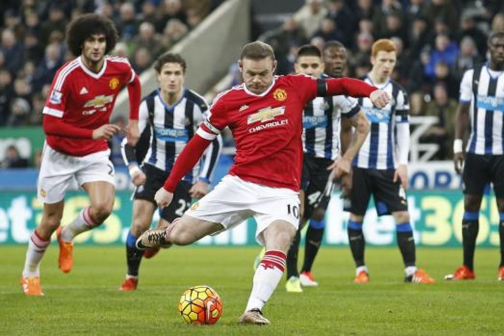 Wayne Rooney menjaringkan gol pertama Manchester United melalui tendangan penalti. Gambar REUTERS