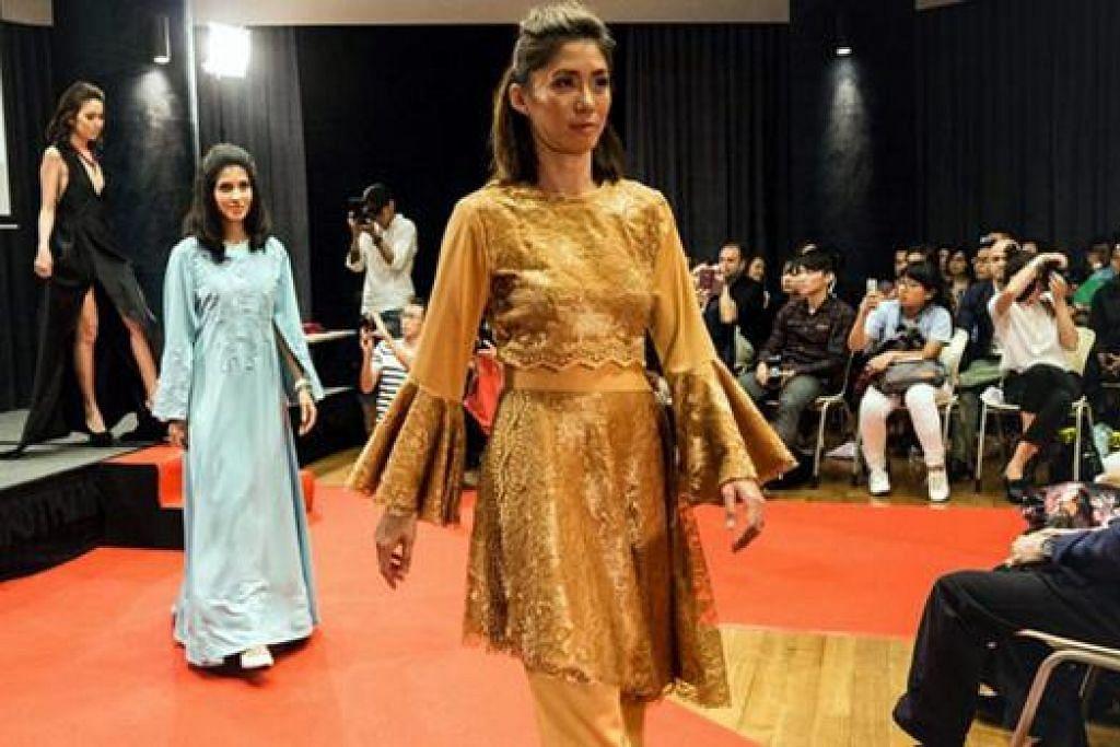 MENUNJUKKAN BAKAT: Amnie Umaimah Mohd Amin telah menjahit gaun labuh rona biru lembut (di tengah) hasil rekaannya, manakala ibunya, Cik Yuwana Md Emran, menjahit busana keemasan (di depan) yang diperagakan semasa pertunjukan fesyen SG50 Singapore Fashion Runway tahun lalu. - Foto AMNIE UMAIMAH MOHD AMIN