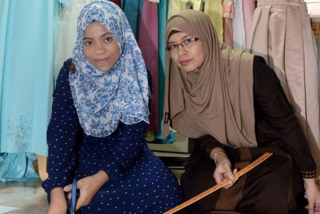 MAHU BELAJAR JAHIT: Gadis muda Amnie Umaimah Mohd Amin (kiri), 17 tahun, mula minat dalam bidang menjahit baju selepas ibunya, Cik Yuwana Md Emran, 41 tahun, dan seorang nenek saudaranya mengajarnya. - Foto TAUFIK A. KADER