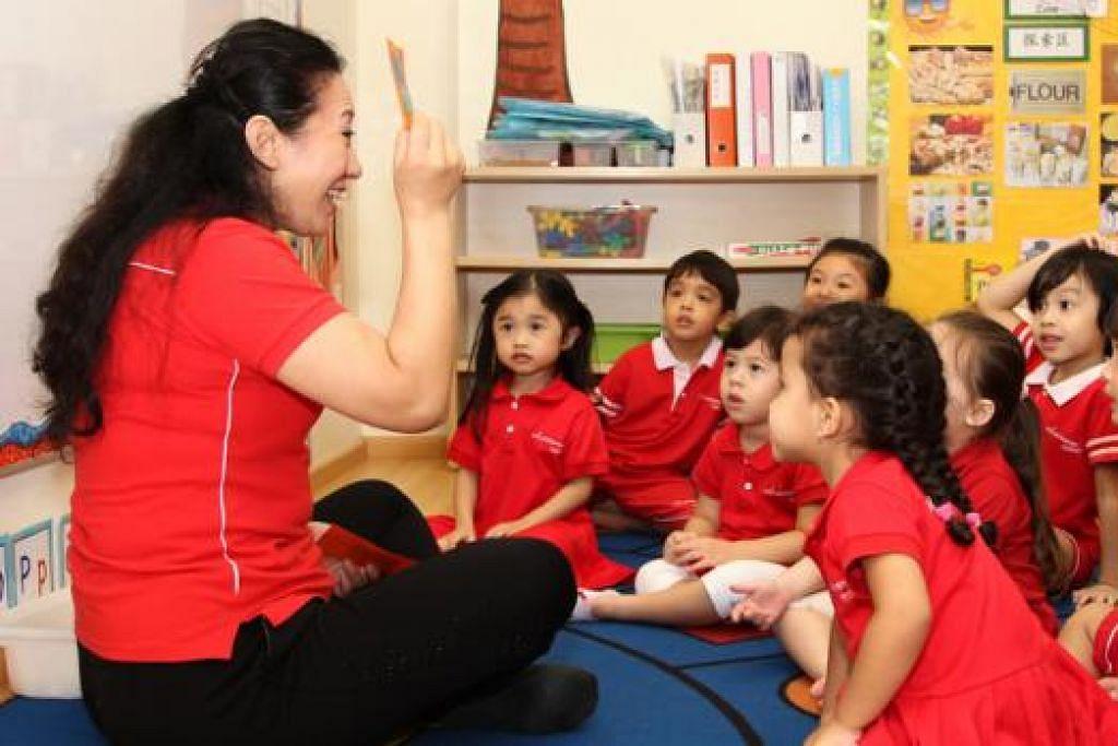 PENUHI PERMINTAAN: Politeknik Ngee Ann dan Politeknik Temasek memperluaskan kursus diploma pendidikan awal kanak-kanak sebagai memenuhi permintaan bagi guru prasekiolah. - Foto fail