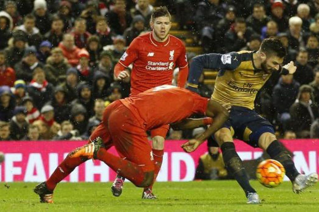 Olivier Giroud (jersi kuning) menjaringkan gol ketiga Arsenal dalam perlawanan menentang Liverpool yang berakhir dengan seri 3-3 pada Rabu, 13 Januari di Anfield. Gambar REUTERS
