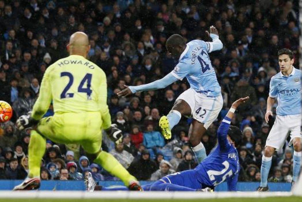 Tim Howard cemerlang dalam menjaga gawang Everton, termasuk menyelamatkan percubaan Yaya Toure bagi Manchester City ini. Gambar REUTERS