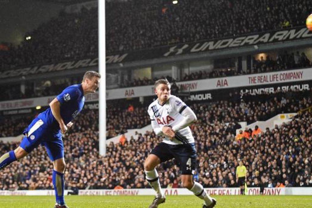 Pemain pertahanan Leicester City, Robert Huth (jersi biru), menanduk bola untuk menghasilkan gol dalam kemenangan 1-0 pasukan itu ke atas Tottenham Hotspur di  White Hart Lane pada Rabu, 13 Januari. Gambar AFP