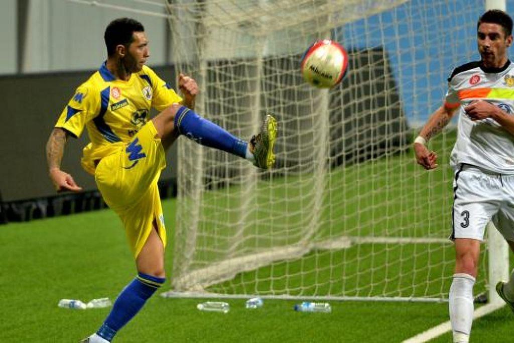 Jermaine Pennant membuat hantaran bagi Tampines Rovers dalam perlawanan persahabatan menentang Hougang United, yang dimenangi Tampines, di Stadium Jalan Besar pada Sabtu, 9 Januari. Gambar THE NEW PAPER
