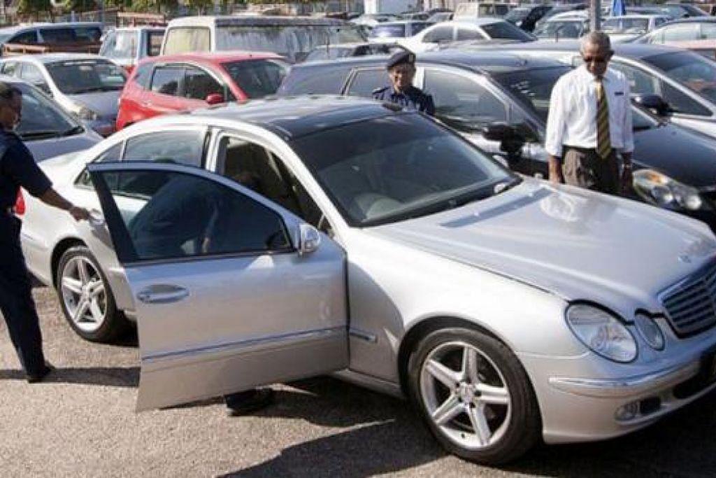 DISITA: Pihak berkuasa sedang memeriksa beberapa kereta 'klon' mewah yang disita termasuk kereta luput usia dari Singapura yang kini dijual murah di Malaysia. - Foto THE STAR