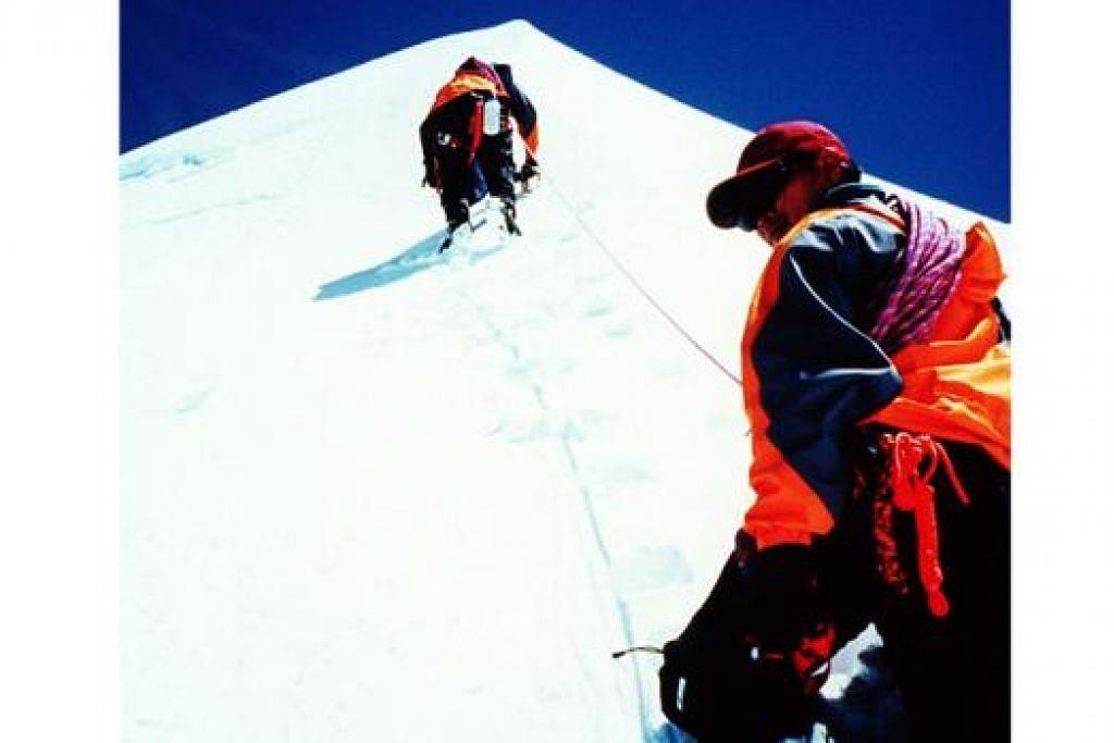 HIDUP BAK PENDAKIAN: Pendaki yang sabar, cekal dan cekap akan sampai ke puncak gunung. - Foto fail