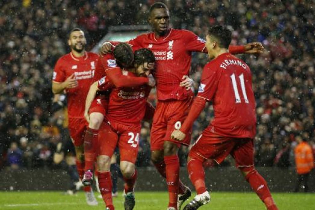 WIRA DIRAIKAN: Penjaring gol penyamaan Liverpool, Joe Allen (jersi 24), dikerumuni rakan-rakannya yang meraikan kejayaan pasukan itu berkongsi mata dengan Arsenal di akhir perjuangan. - Foto REUTERS