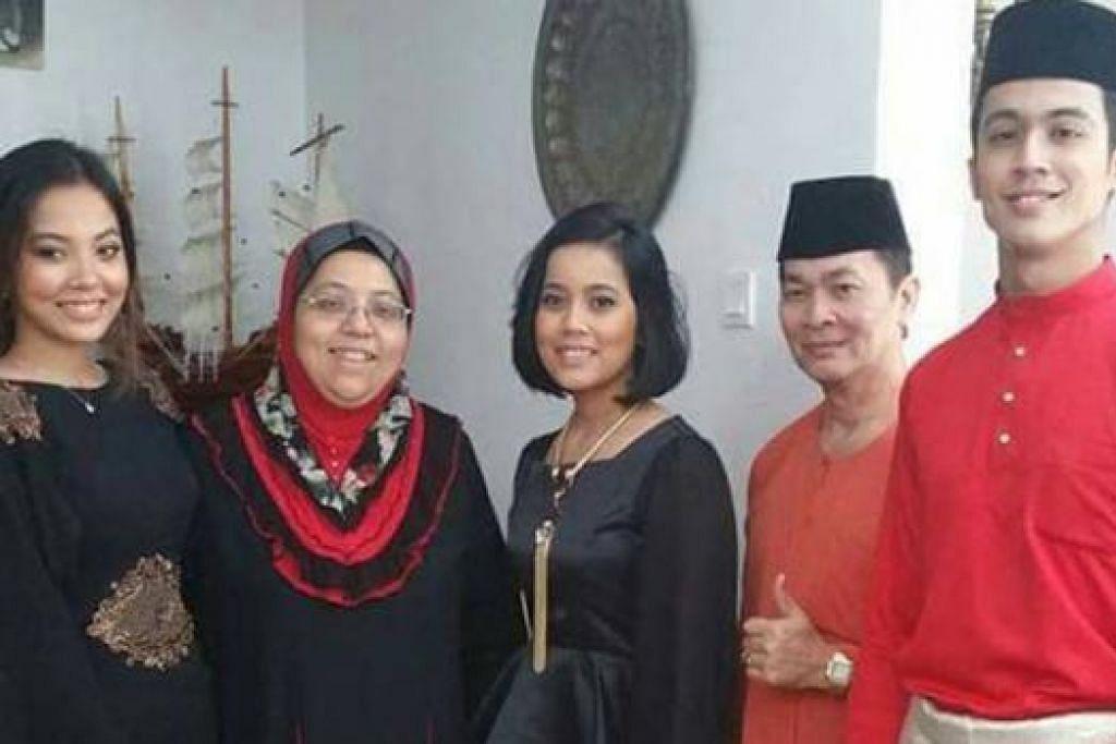HARMONI SEKELUARGA: Walau bermacam pandangan negatif dilemparkan kepada keluarganya. Cik Siti Hafiza (dua dari kiri) bersama suami, Encik Aziz Sapdan (dua dari kanan), dan anak-anak mereka, Aisyah (kiri), Nur 'Ain dan Aliff, tetap gembira kerana hubungan keluarga mereka tetap utuh. - Foto ihsan SITI HAFIZA SHEIKH MOHAMAD