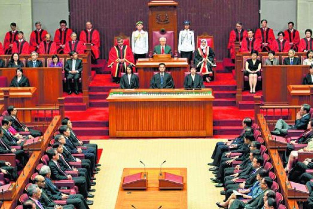 MELAKAR MASA DEPAN NEGARA: Para pengamat berkata antara isu yang bakal menjadi tumpuan dalam Parlimen ke-13 termasuk ekonomi, imigrasi, kos sara hidup, ancaman pengganasan dan politik serantau. Foto di atas dipetik semasa pembukaan sesi kedua Parlimen ke-12 pada 16 Mei 2014. - Foto hiasan