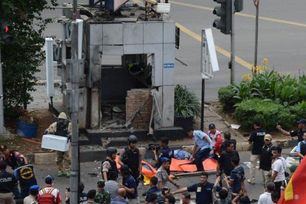 SASARAN PENGGANAS: Pegawai polis mula mengepung kawasan di sekitar pondok polis di Jakarta, tempat dua lelaki bersenjata melepaskan tembakan, menyebabkan seorang anggota polis terkorban dan tiga orang cedera parah. - Foto AFP