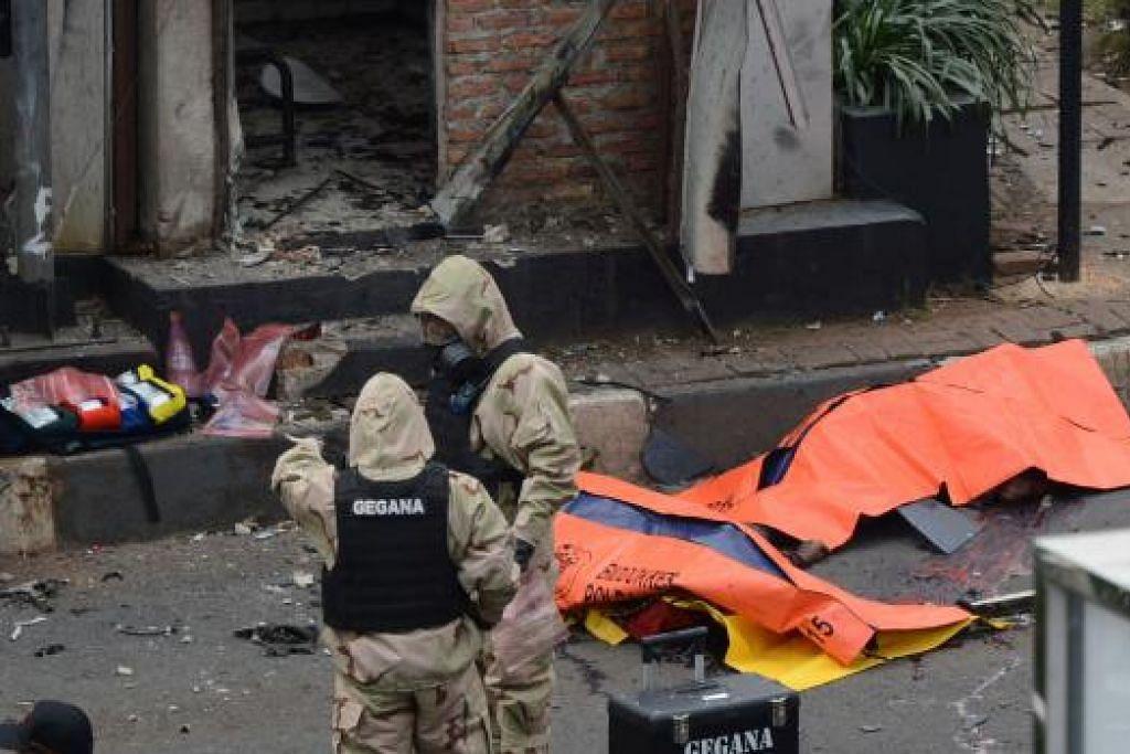 Mayat tergelimpang di jalan raya ditutup selepas serangan di pusat bandar Jakarta pada Khamis, 14 Januari. Kumpulan pengganas ISIS mendakwa ia bertanggungjawab bagi serangan tersebut. Gambar AFP
