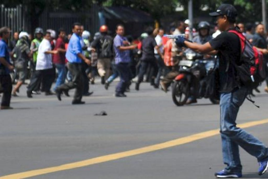Salah seorang daripada lelaki yang berdiri di belakang orang ramai dan kemudian mengeluarkan tembak dan tembak ke arah seorang pegawai polis dan seorang lelaki dalam serangan di pusat bandar Jakarta pada Khamis, 14 Januari. Gambar AFP